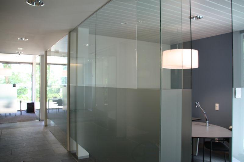 Plakken en plaatsen zandstraalfolie op glazen wanden banken media noord - Decoratie kantoor ...
